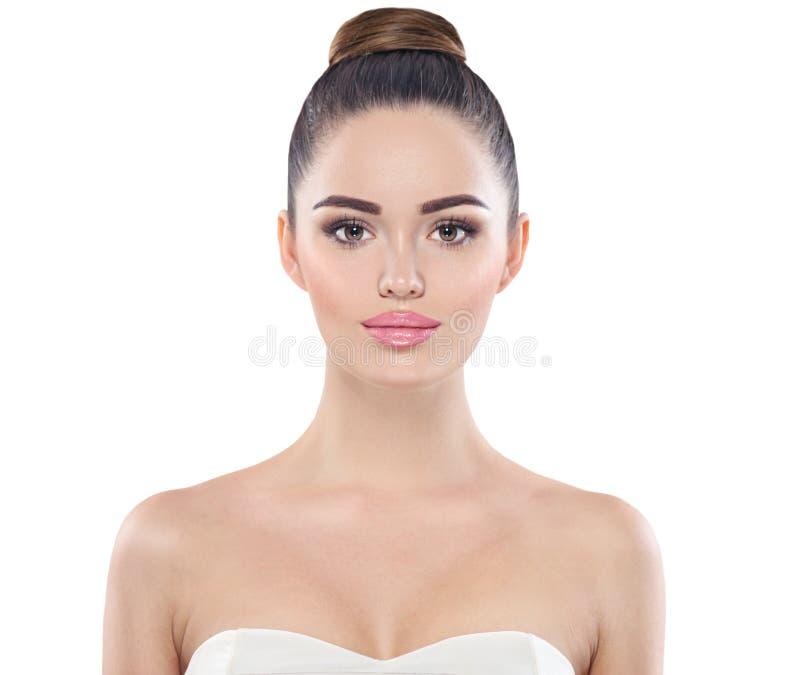Framsida för flicka för skönhetmodemodell som isoleras på vit Yrkesmässig makeup för brunett med bruna ögon royaltyfri bild