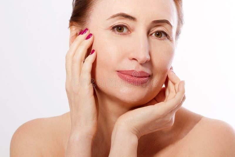 Framsida för kvinna för makrostående isolerad äldre Spa och hudomsorg Collagen och plastikkirurgi Anti-åldras och kroppomsorgbegr royaltyfri foto