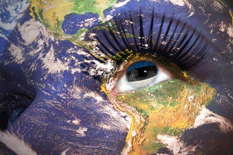 Framsida för kvinna` s med planetjordtextur och estonian flagga inom ögat arkivfoto