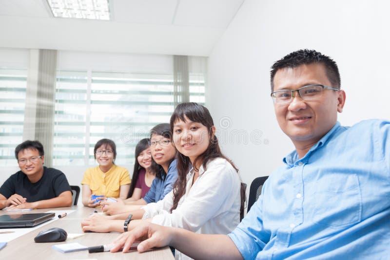 Framsida för man för leende för asiatiskt lag för affärsfolk lycklig arkivbild
