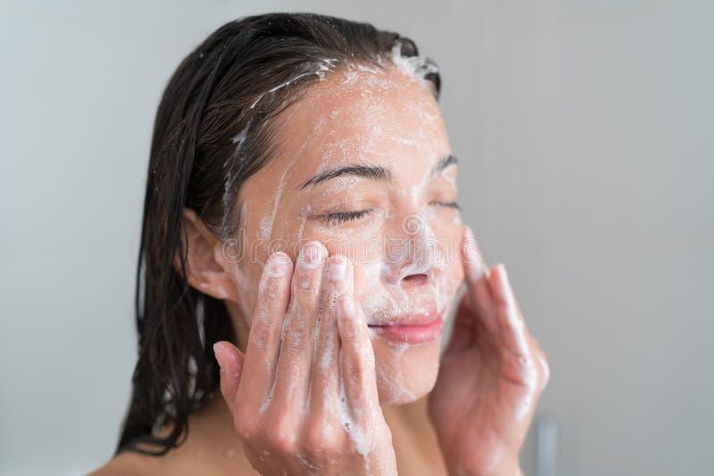 Framsida för Skincare kvinnatvagning i dusch arkivfoton