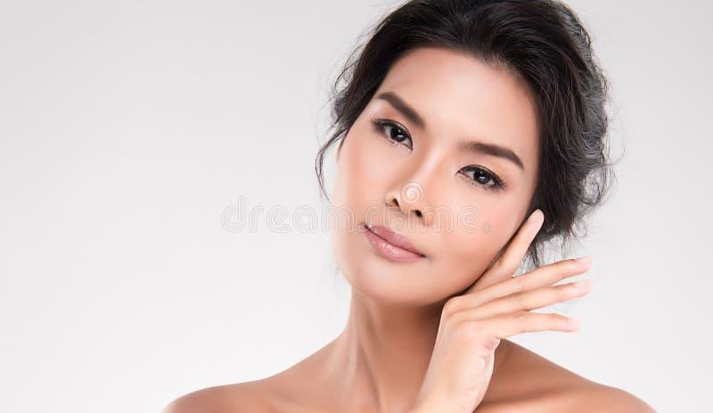 Framsida för ung kvinna för Closeup med ren hud royaltyfria bilder