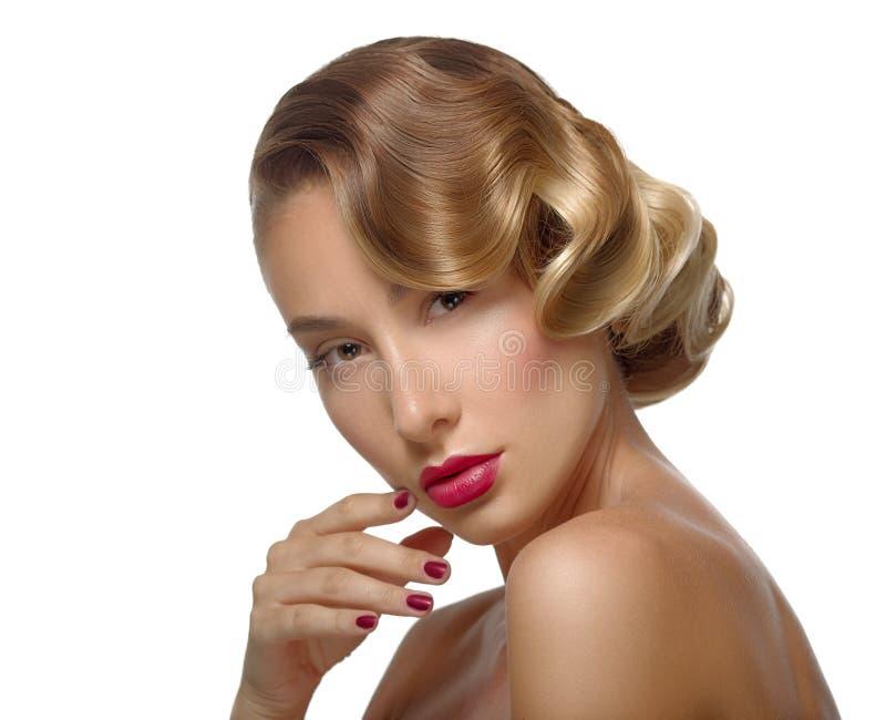 Framsida för ung kvinna för skönhetståendeglamour härlig rörande arkivbild