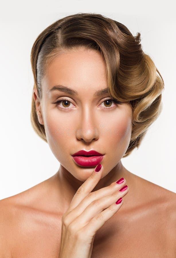 Framsida för ung kvinna för skönhetståendeglamour härlig rörande arkivfoto