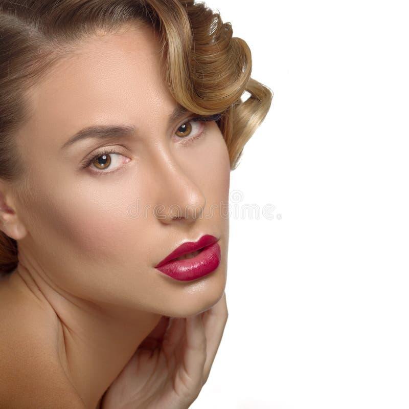 Framsida för ung kvinna för skönhetståendeglamour härlig rörande royaltyfri bild