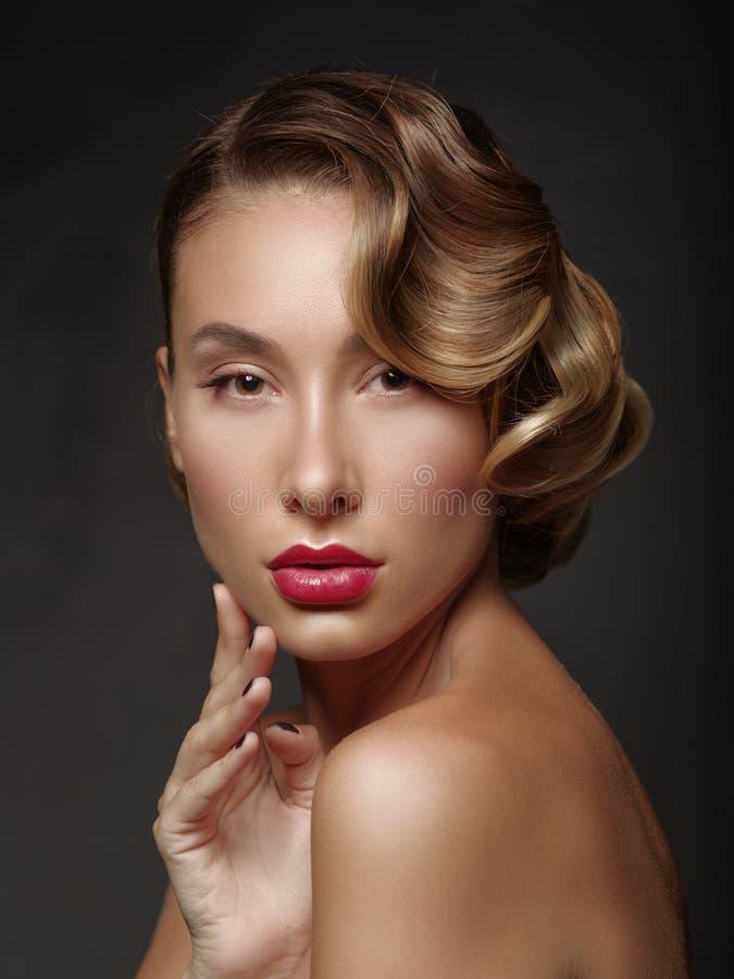 Framsida för ung kvinna för skönhetståendeglamour härlig rörande fotografering för bildbyråer
