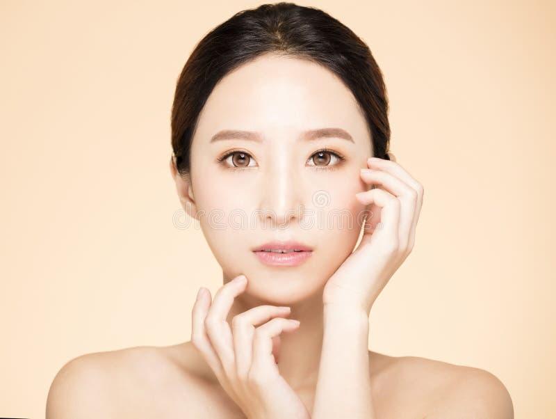 framsida för ung kvinna med ren ny hud royaltyfri fotografi