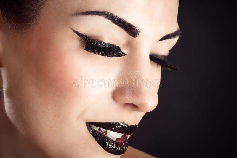Framsida med svart makeup och långa ögonfrans royaltyfri fotografi