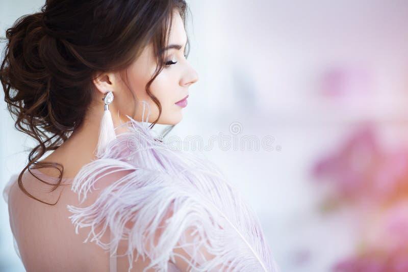 Framsida- och kropphudomsorgbegrepp Ung härlig kvinna, närbildstående med den stora vita fjädern nära framsida arkivbild