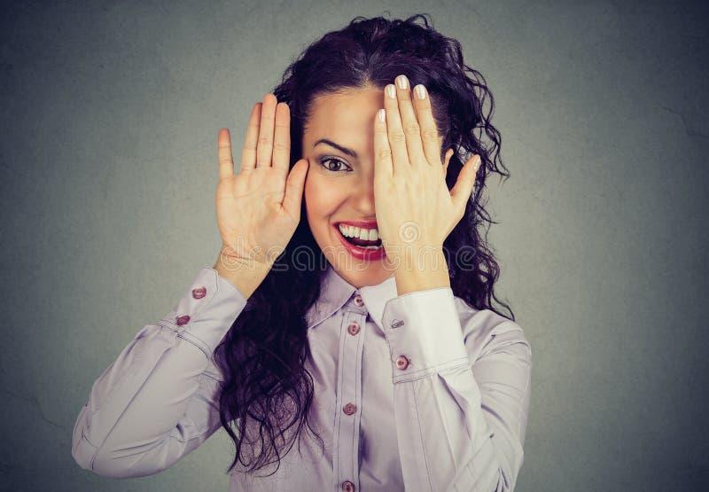 Framsida och le för rolig kvinna avslöjande royaltyfri fotografi