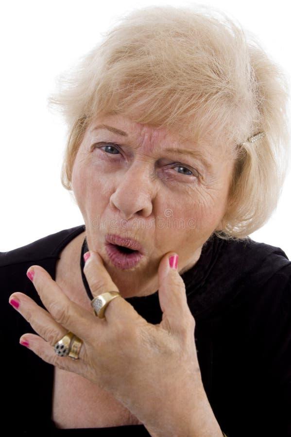 framsida som gör den gammala ståendekvinnan royaltyfri fotografi