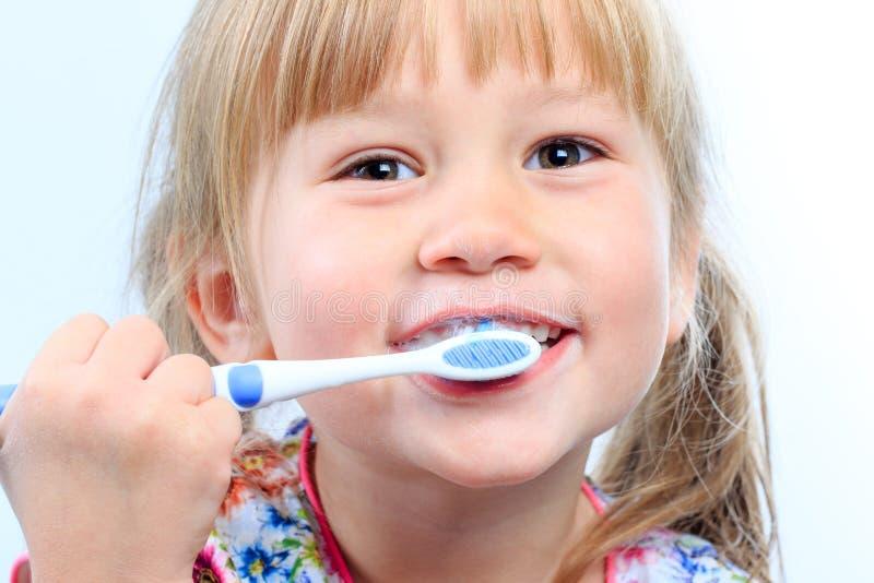 Framsida som skjutas av ungen som borstar tänder arkivbilder