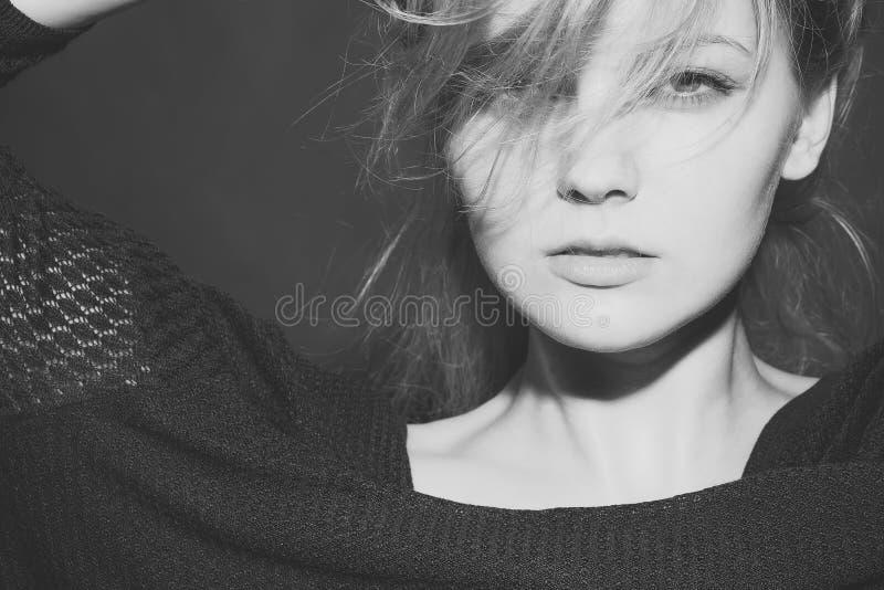 Framsidaflicka för tidskrifträkning Flickaframsidastående i ditt advertisnent Passionerad blond kvinna royaltyfri foto