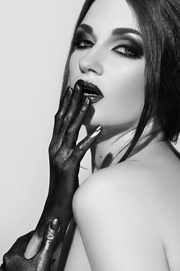 framsidaflicka s svart läppstift arkivfoton