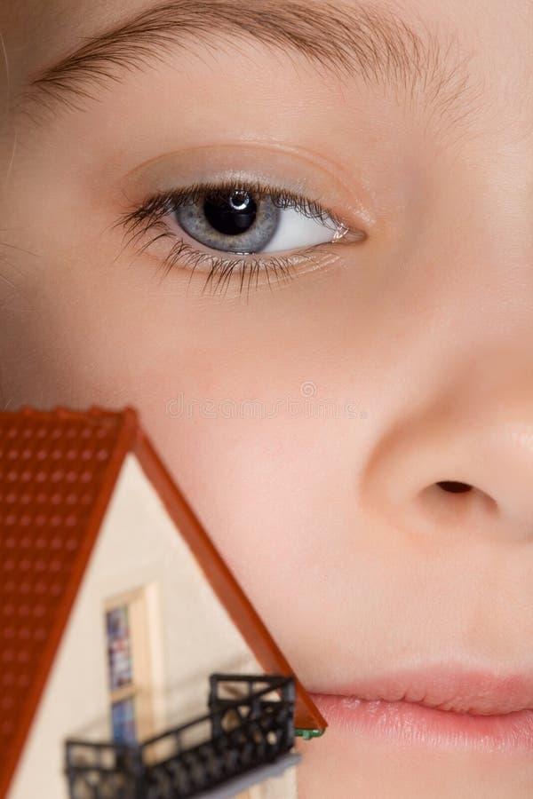 framsidaflickahus little near toy fotografering för bildbyråer