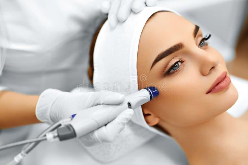 Framsidahudomsorg Ansikts- behandling för HydroMicrodermabrasion skalning arkivbilder