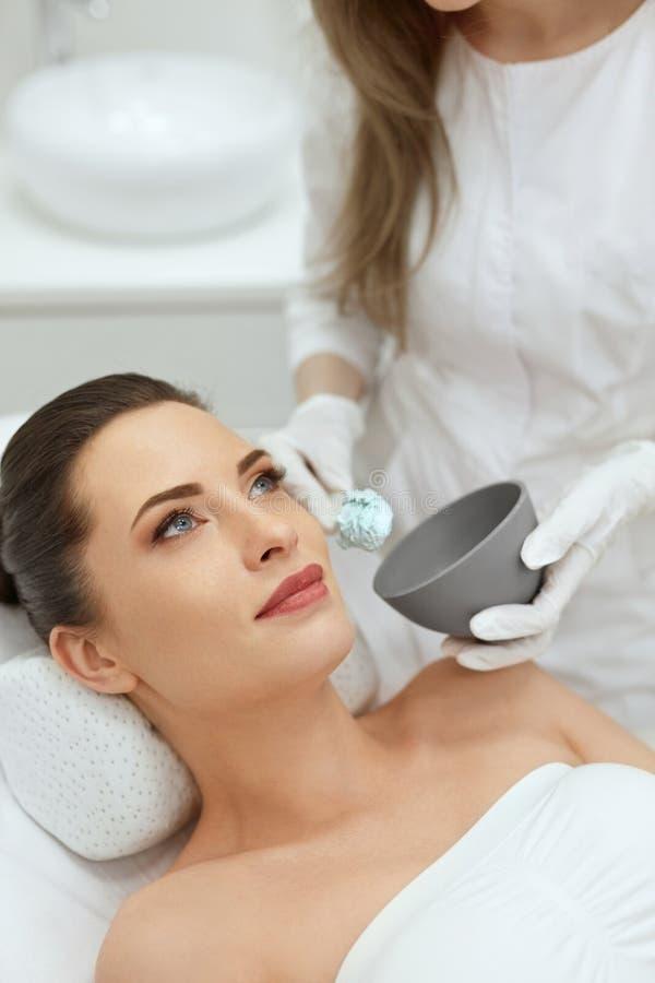 Framsidahudomsorg Kvinna som gör den ansikts- maskeringen för Alginate på Cosmetology royaltyfri fotografi