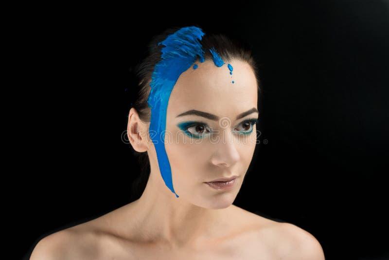 Framsidamålarfärgmakeup idérik makeover den blåa färgen på framsidan arkivbilder