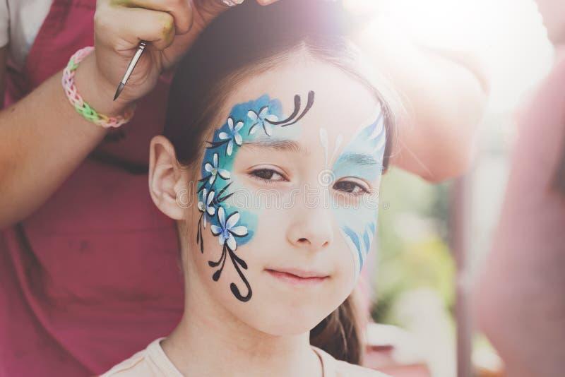 Framsidamålning för kvinnligt barn, danandefjärilsprocess fotografering för bildbyråer