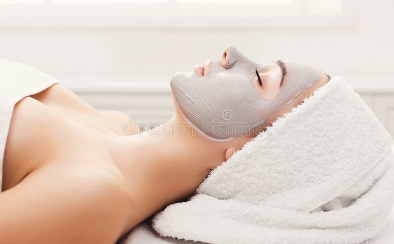 Framsidamaskering, brunnsortskönhetbehandling, skincare arkivbild