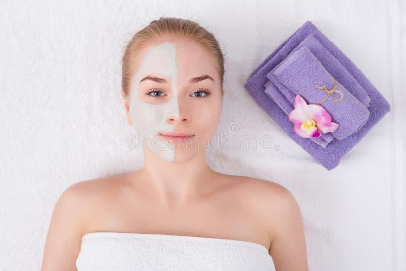 Framsidamaskering, brunnsortskönhetbehandling, skincare arkivfoto