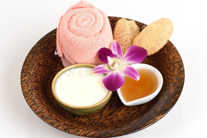 Framsidamaskering med yoghurt och honung arkivfoton