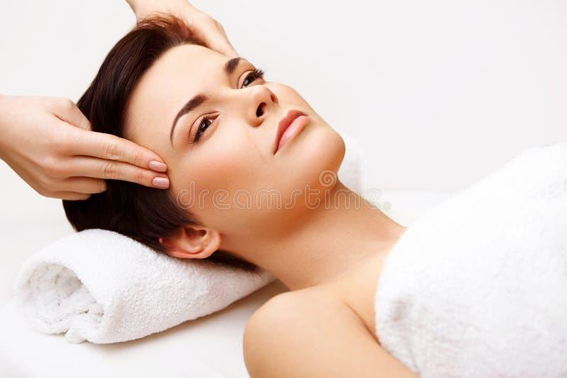 Framsidamassage. Närbild av en ung kvinna som får behandling arkivfoto