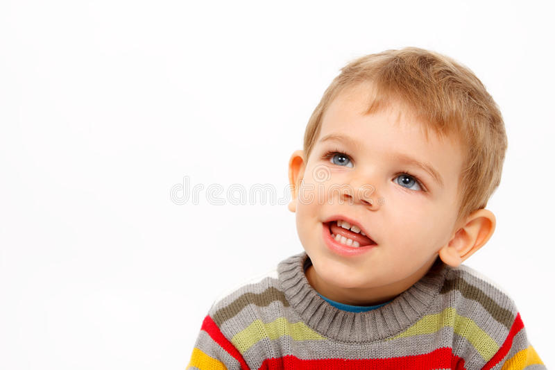 Framsidan av den lyckliga pojken i vinter beklär att se upp royaltyfri fotografi