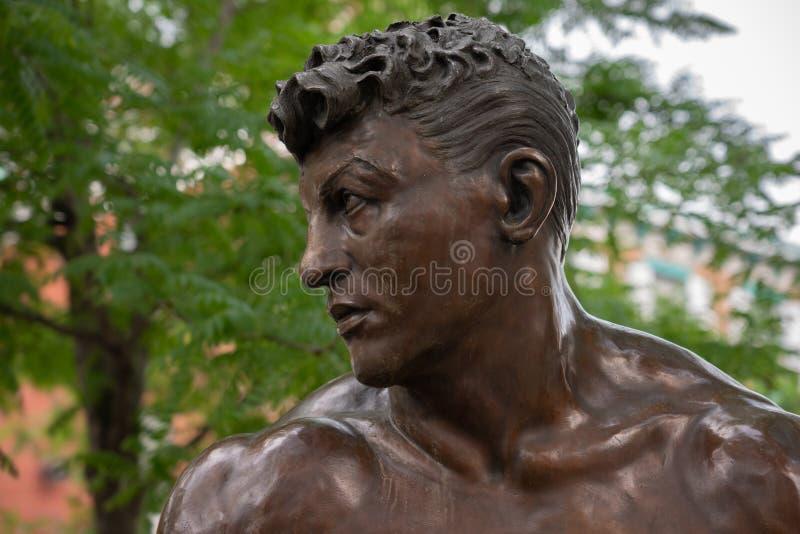 Framsidan av den mellanvikts- kämpen Joey Giardello brons statyn royaltyfria foton
