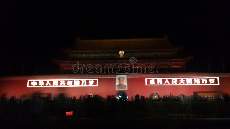Framsidan av den Tiananmen fyrkanten på natten royaltyfri bild