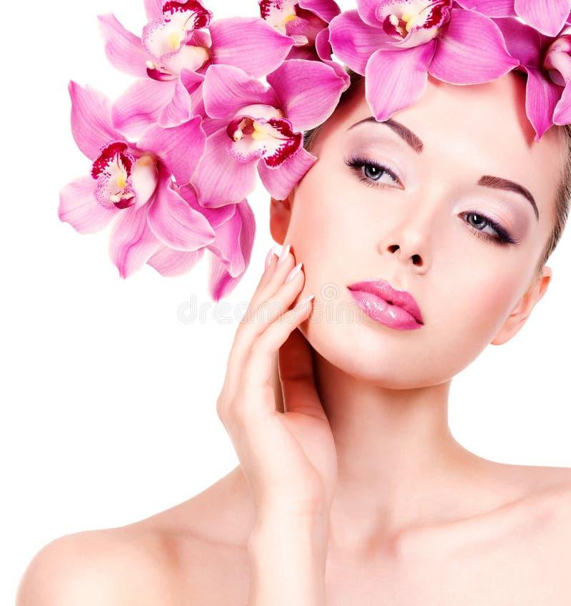 Framsidan av en kvinna med lilor synar makeup och kanter royaltyfri bild