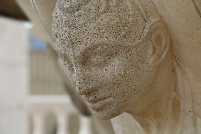 Framsidan av ett anthropomorphic diagram som stöttar springbrunnbunken royaltyfria foton