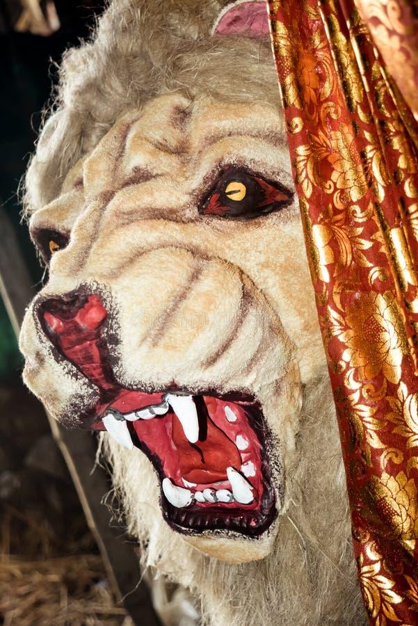 Framsidan av ett lejon som ses ofta som konung av djungeln Skärmar med ett gulligt, tecknad filmstil under konstverk för durgapuj royaltyfri foto