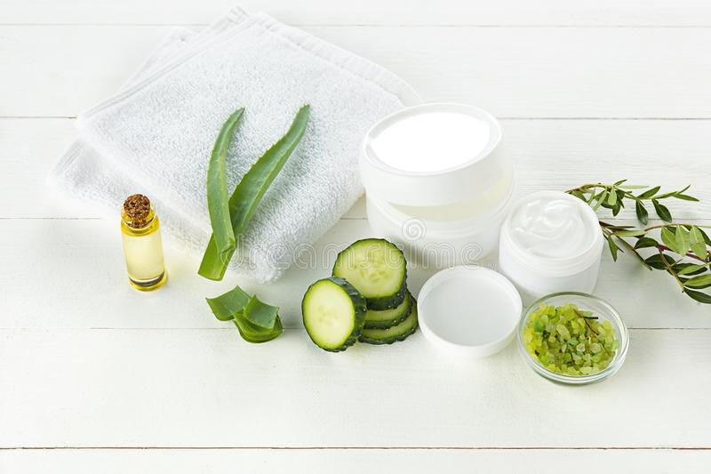 Framsidan för gurka- och aloeskönhetsmedelkräm, hud och kroppen att bry sig hygienfuktighetslotion royaltyfri foto
