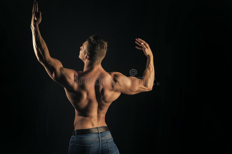 Framsidapojke för tidskrifträkning Manframsidastående i ditt advertisnent Sund livsstil, bodycarebegrepp royaltyfria bilder