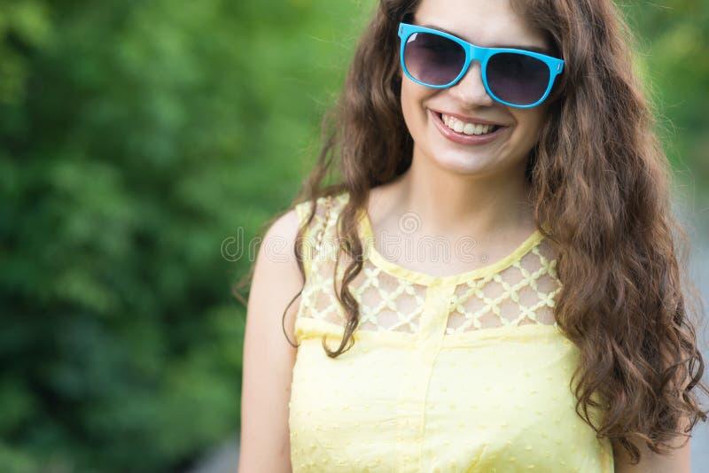 Framsidastående av den lyckliga unga kvinnan royaltyfri fotografi