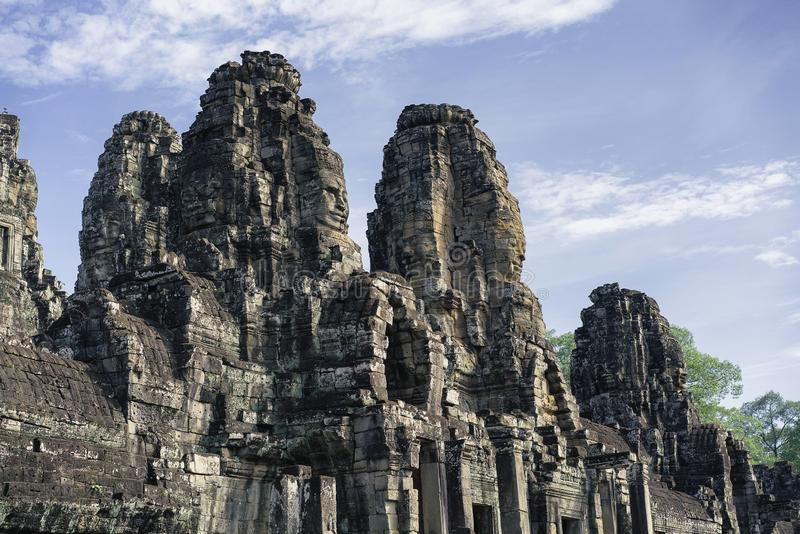 Framsidor av den Bayon templet i Angkor Thom, Siemreap, Cambodja royaltyfri bild