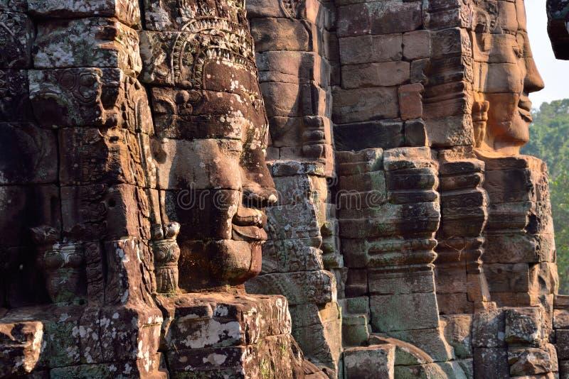 Framsidor av den forntida Bayon templet i Siem Reap royaltyfri bild