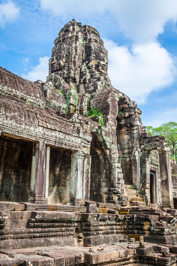 Framsidor av den forntida Bayon templet på Angkor Wat, Siem Reap, Cambodja arkivbild