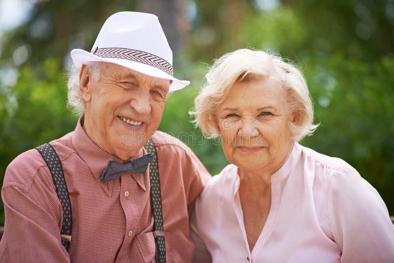 Framsidor av lyckliga pensionärer royaltyfri fotografi