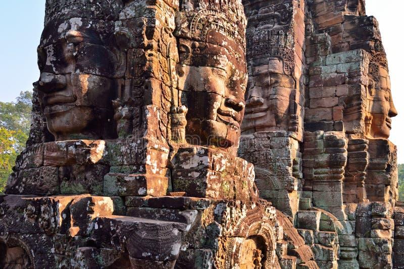 Framsidor i den forntida Bayon templet royaltyfri fotografi