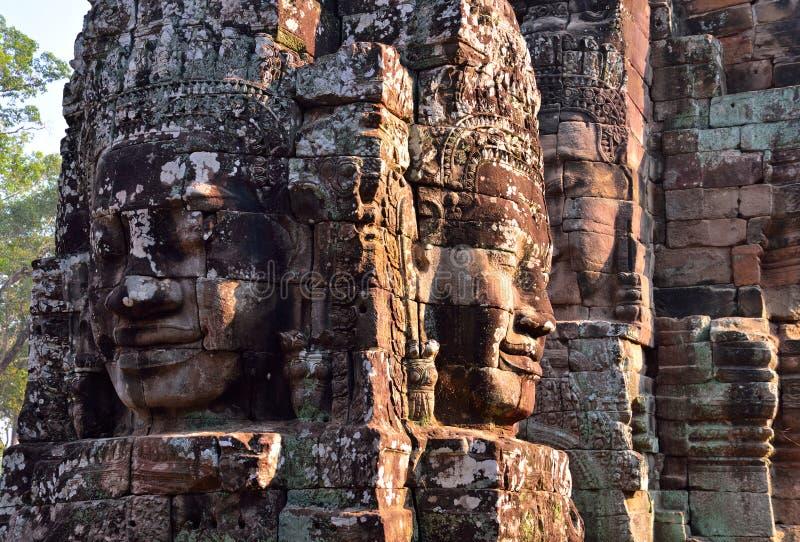 Framsidor i den forntida Bayon templet arkivbilder