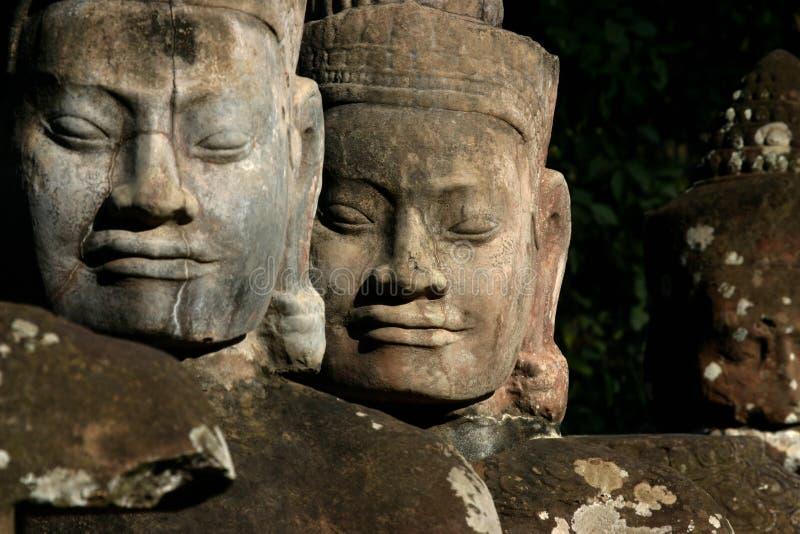 Framsidorna av Angkor Thom som lokaliseras i nutida Cambodja arkivbilder