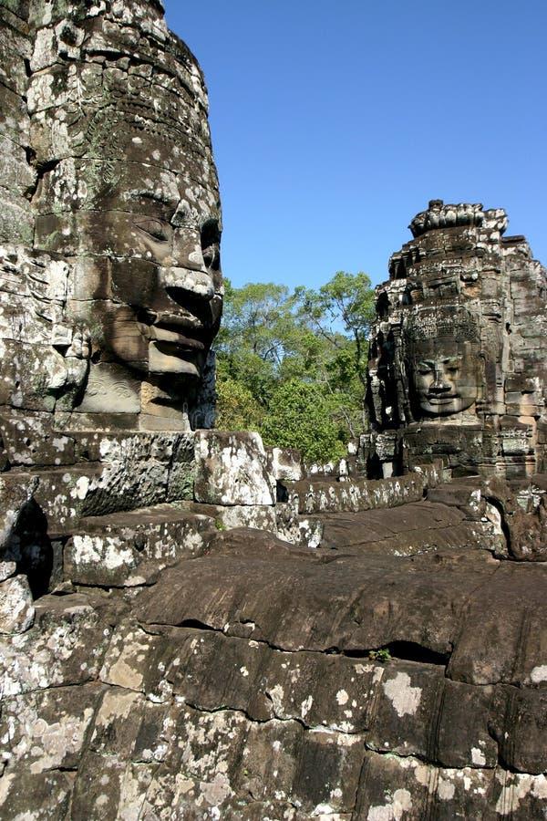 Framsidorna av Angkor Thom som lokaliseras i nutida Cambodja royaltyfria bilder