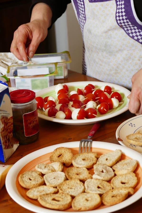 Framställning av antepasti under en laga mat grupp royaltyfri bild