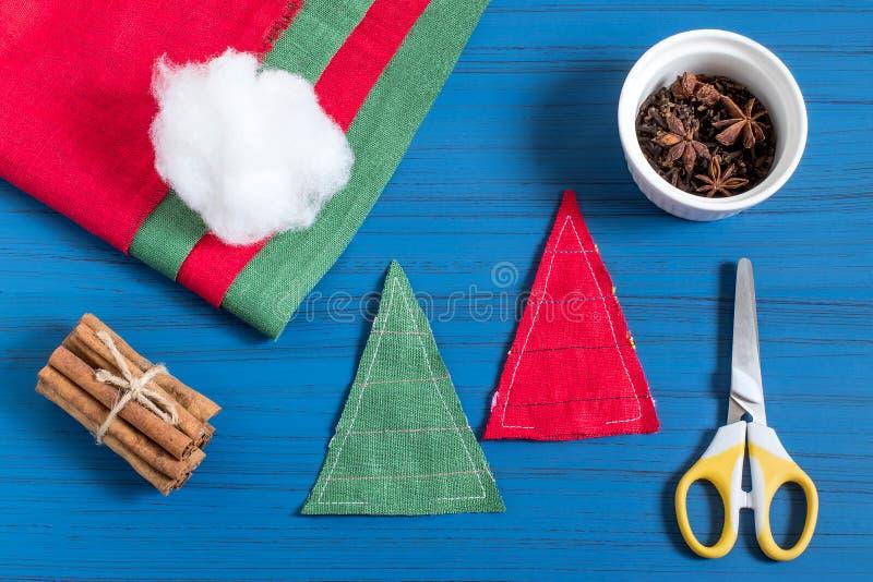 Framställning av den aromatiska julgranpåsen aktuell jul Moment 4 arkivbild