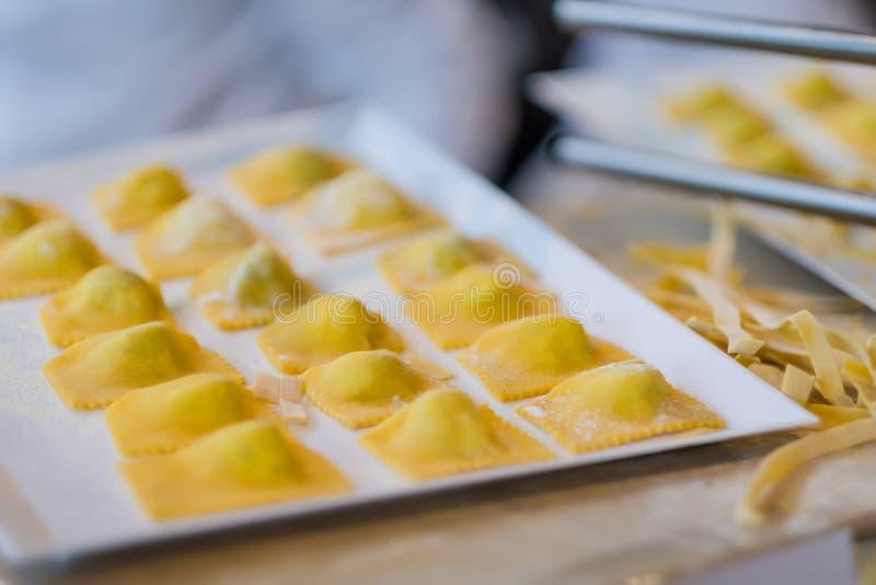Framställning av av den ny raviolit och pasta arkivfoto