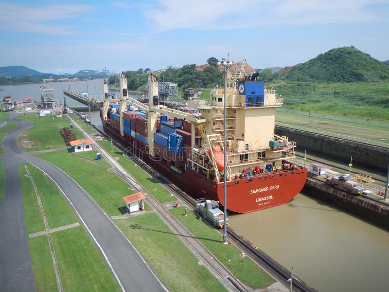 Framställning av dess väg till och med den Panama kanalen royaltyfria bilder