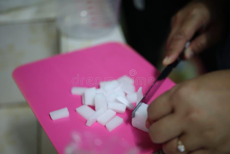 Framställning av en härlig vit glycerintvål med en angenäm arom arkivfoto