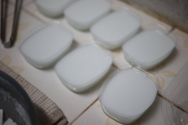 Framställning av en härlig vit glycerintvål med en angenäm arom royaltyfri foto